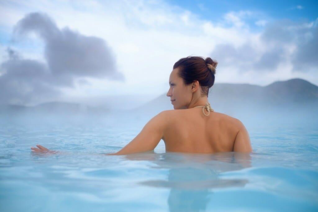 Zena vo vode na isladne, prírodný wellness