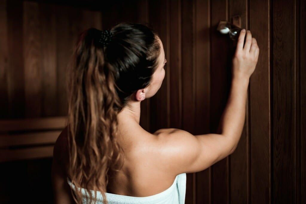 Žena prichádzajúca do sauny